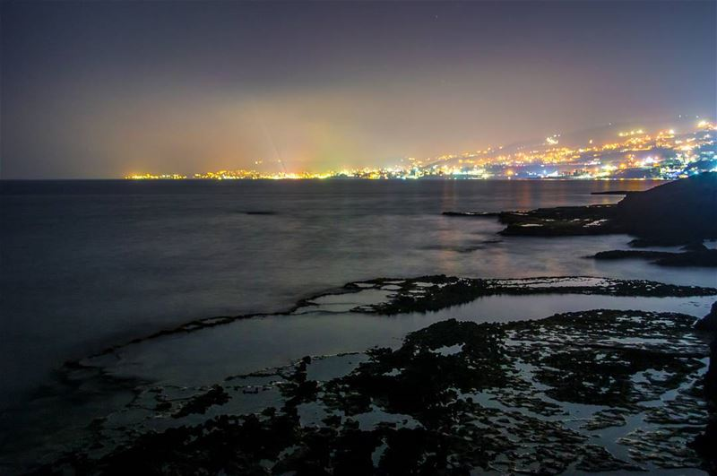 Batroun by night🌊🌆..... ocean beach city cityscape citylight rocks... (Batroûn)
