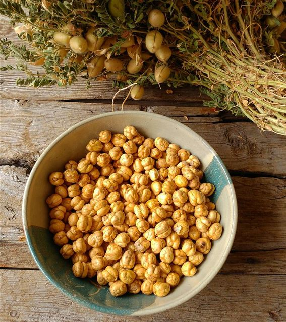 Raw and roasted chickpeas.  chickpeas  roastedchickpeas  legumes ... (Dayr Al Qamar, Mont-Liban, Lebanon)