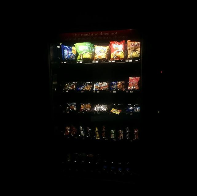silent  night  dark  black  light  vending  machine  distributeur ... (Hôpital Libanais Geitaoui - CHU)
