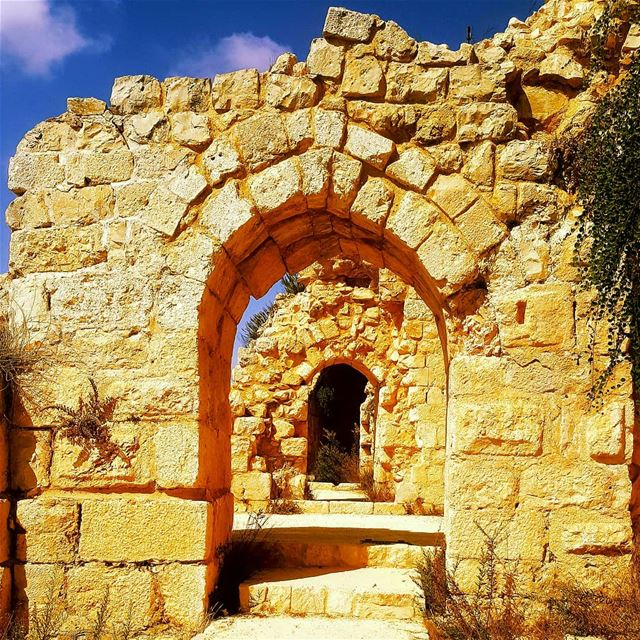 hikeday  hiking  hikerlife  castlerock  oldcastle  livelovelebanon❤️ ... (Beaufort Castle, Lebanon)