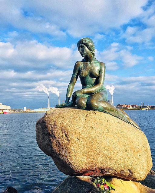 - Traduction Française ⤵️ - Many people get disappointed when they see... (The Little Mermaid (statue))