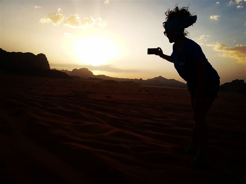Capturing the sun🌝  livelovetheworld_  ig_color  jordan  skysultans ... (Wadi Rum Desert)