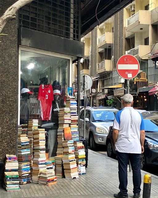 Bookseller in the city. No overhead, low prices.  bookseller  books ... (Hamra, Beyrouth, Lebanon)