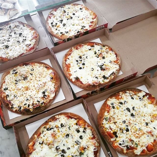When in doubt,order Pizza!Comment with a 😋 if you craving those Pizzas🤣� (Rashet somsom - رشة سمسم)