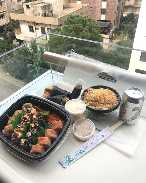 the view of the hospital room 😂!! With some makis & temakis & crab salad � (Hopital Hayek)