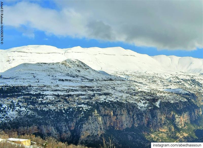 Swipe right to see the complete photo of the impressive landscape ❄❄❄..... (Bcharri, Liban-Nord, Lebanon)