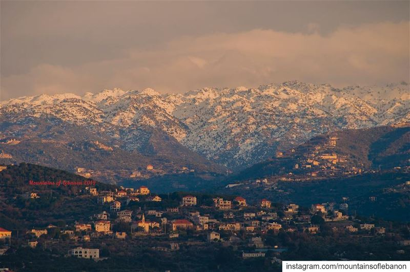 Golden rays of sun kissing snow covered (medium range) mountains of... (Bejdarfel, Liban-Nord, Lebanon)
