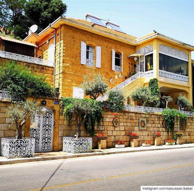 oldhouse beautiful traditionalarchitecture  yellow  flowers  street ... (Deïr El Qamar, Mont-Liban, Lebanon)