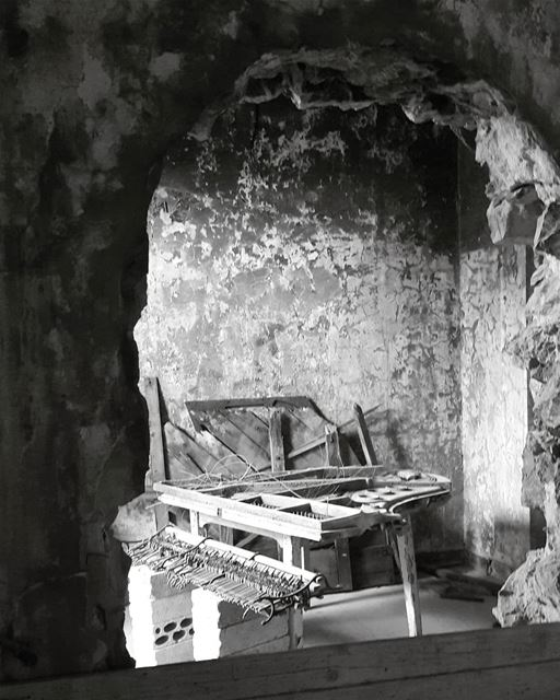 The day the music died! piano  photography  tourism  touristinlebanon ... (Sawfar, Mont-Liban, Lebanon)