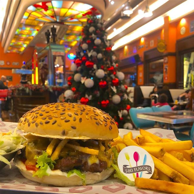 Burger and Christmas tree🎄🍔 perfect duo😋😍 @roadsterdiner  jaleldib ... (Roadster Diner)