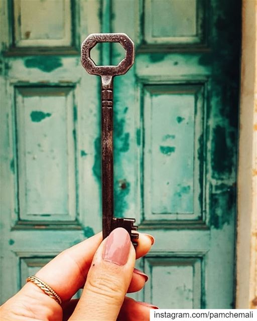 It is a simple  key and a usual  capture, but for me this green old  door... (Shailei)