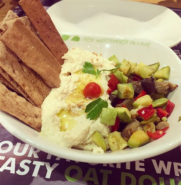"""Hummus & Crackers"" with grilled vegetables 👌😍 @zaatarwzeit .. healthy..."