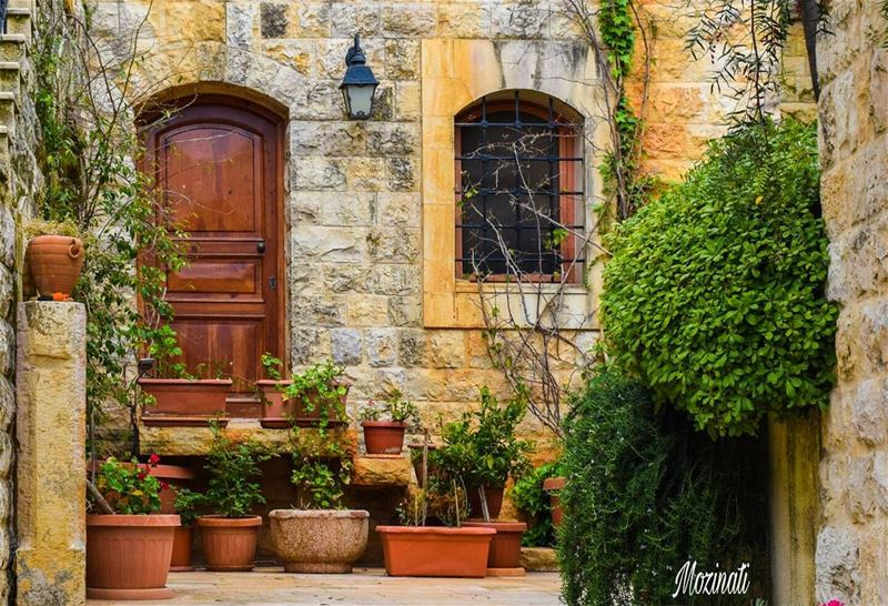 oldplace heritage oldhouse old houses lebanonhouses door window... (Dayr Al Qamar, Mont-Liban, Lebanon)