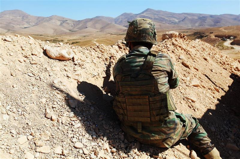 A Lebanese soldier holds his combat position as he watched ISIS troops... (Ḩalīmah)