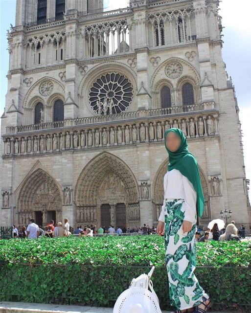 Sorry for spamming you with this outfit, but this is by far one of my... (Cathédrale Notre-Dame de Paris)