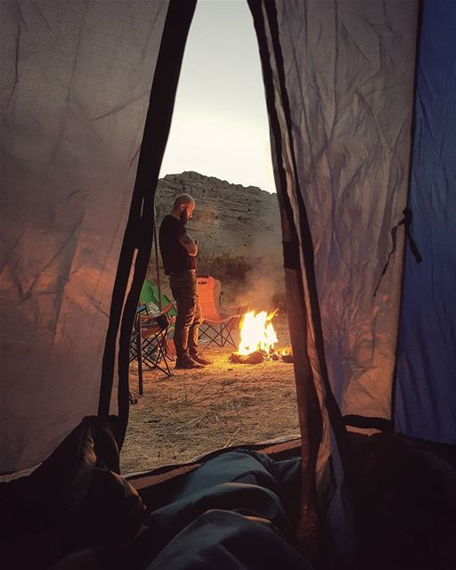 Camp's ritual🌳🏕🌑 Photo credit to @hadsheetyr  camping  weekend  fire ... (Jord el Aaqoûra)