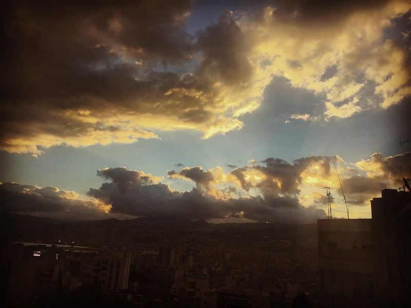 nature  sky  grey  white  clouds  sun  light  shadows  rain  town ... (Hôpital Libanais Geitaoui - CHU)