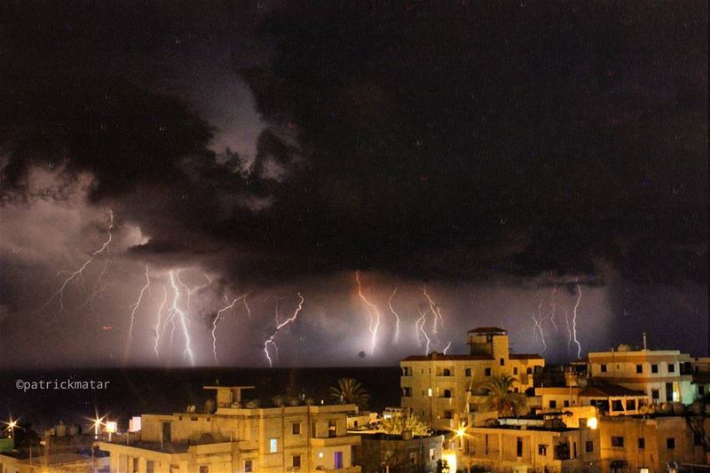 Just a rainy october night ⚡ ceraunophilia  nophotoshop  lebanon  weather... (El Naâme, Mont-Liban, Lebanon)