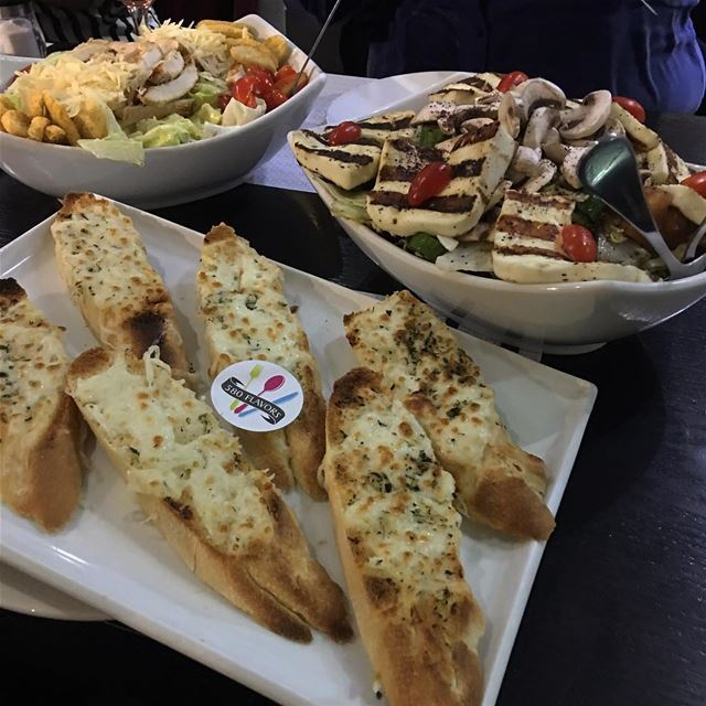 Halloumi salad, ceaser chicken salad and some cheese garlic bread 😍❤️perfe (Joa Cafe/restaurant)