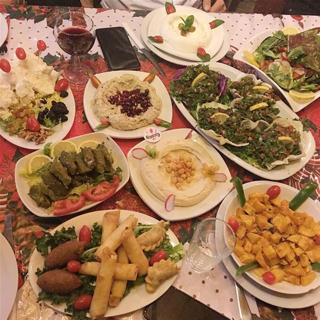 The perfect Sunday lunch spread 😍😍😋😋 @zorbalodges  ehden ...... (Zorba Lodges - Ehden)
