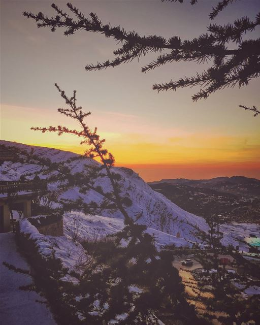 Let's waste time ... Chasing cars 🖤 ... sunset  sunsetlover ... (Mzaar Kfardebian)