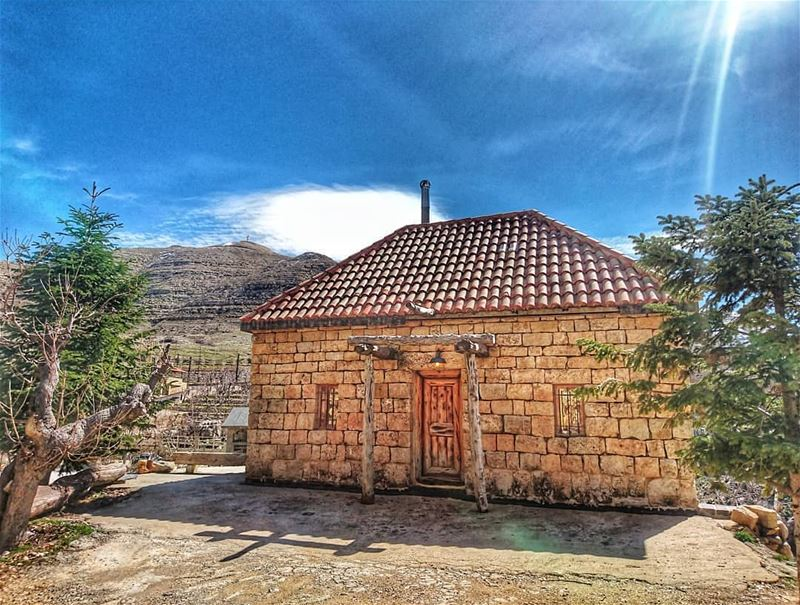 With who would you spend your weekend in this old house? farayalovers..... (Faraya, Mont-Liban, Lebanon)
