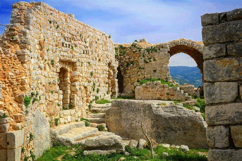 Make peace with your past... It's the only way you can meet your future... (Smar Jubayl, Liban-Nord, Lebanon)