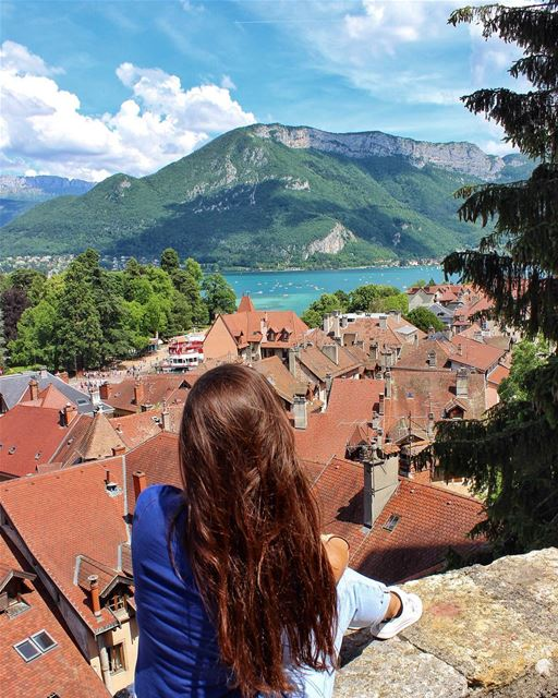 Can't get enough of this view 💙💚.......... lebanoneatsfrance ... (Château d'Annecy)
