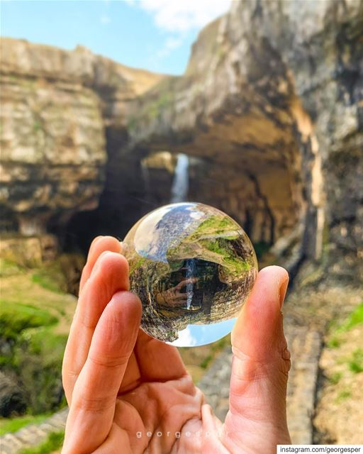 Little Earth Globe in my hand 🌎 @lensball .....  beautifullebanon ... (Tannurin At Tahta, Liban-Nord, Lebanon)