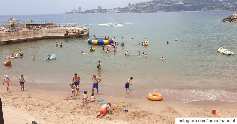 By the beach is where we belong in this hot weather ☀️  lebanon  jounieh @l (Joünié)