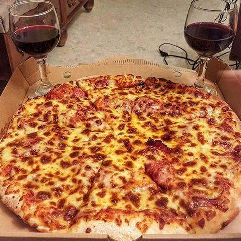 The perfect romantic dinner date 🍷🍕👌 sign me up!! 💃💃💃