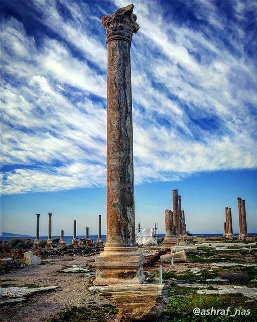 عَ إسمك غنّيتعَ إسمك رح غنّيركعت وصلّيتوالسما تسمع منّيعَ تلالك عَ جبال (Roman ruins in Tyre)