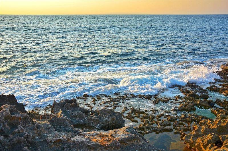 شو في خلف البحر خبريّات... منها بضحّك، منها ببكّي؛ ومنها بضلّو سرّ مخبّى، ص