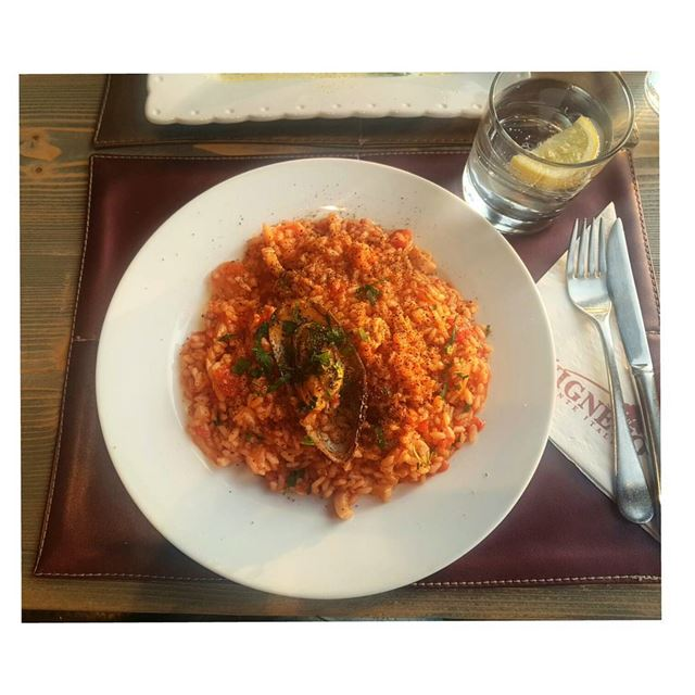 I was never tempted to order risotto frutti di mare with tomato sauce, but... (IL Vigneto)