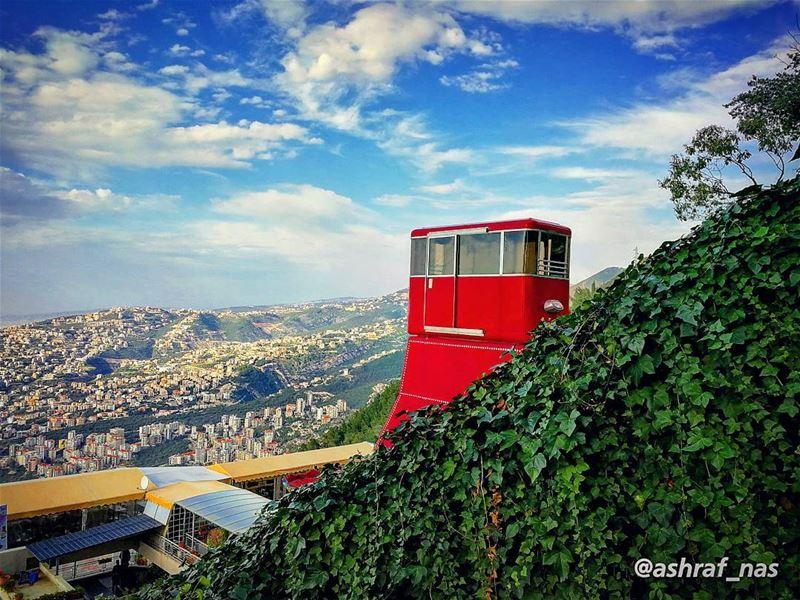 من وين الحلوة العليانة ع الورد وأكترتتموّج مثل النِيسانة بجبال العنبر...ب (Jounieh - Harissa)