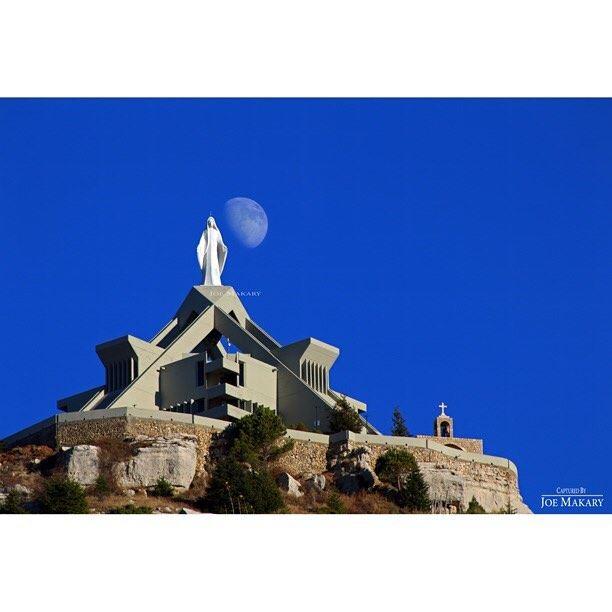 يا مريم يا أم الله ابنك بالمجد تجلّىأم الفادي وأم الكون وأم المسكونة ك