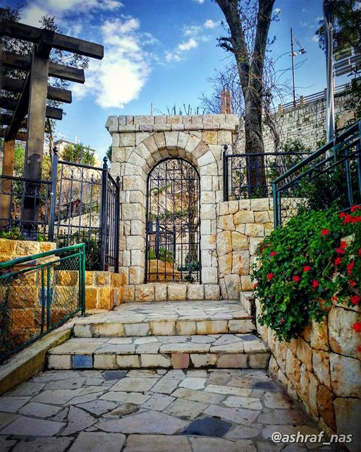 خدني إزرعني بأرض لبنانبالبيت يللي ناطر التلة...إفتح الباب وبوس الحيطانوإ (Jounieh - Harissa)