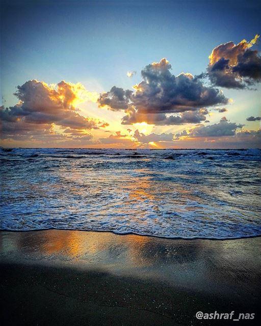 بين السماء وفيء عينيه الغدوجنون قلب عاشق والموعدومسافة من لهفة وتشرد...و (Tyre, Lebanon)