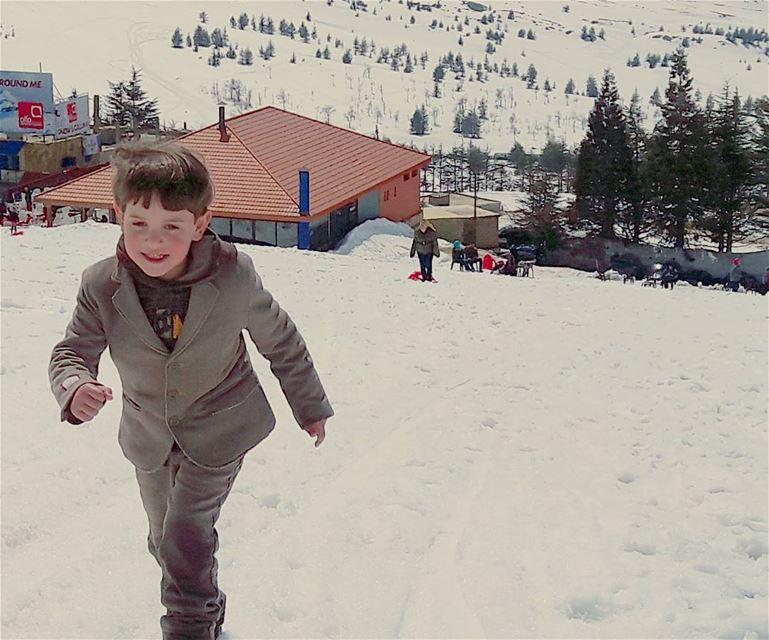 He seriously loves snow ❄❄❄ Bro Bromance Little Brother Boy Cute ... (Téléskis des Cèdres - Cedars Ski Resort - Arz)