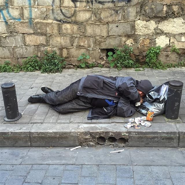 Subject : Poor man sleeping on the street Location: Achrafieh- monot-... (Monot-huvelin)