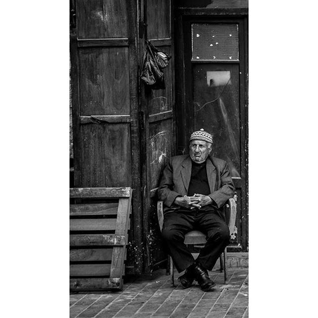 bnw man sitting portrait blackandwhite portraitmood street ... (Saïda, Al Janub, Lebanon)