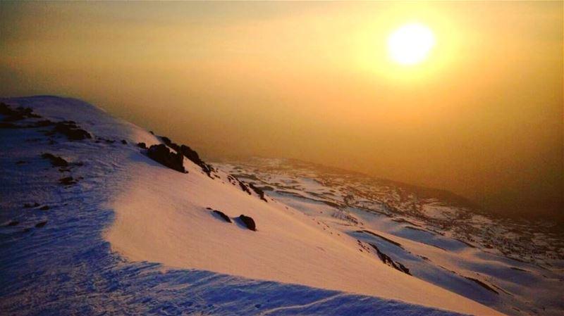 وبس تشرق الشمس ما بيبقى غيرها ☀️ sunrise sun bekaa valley mountain ... (Mount Kneiseh Summit)