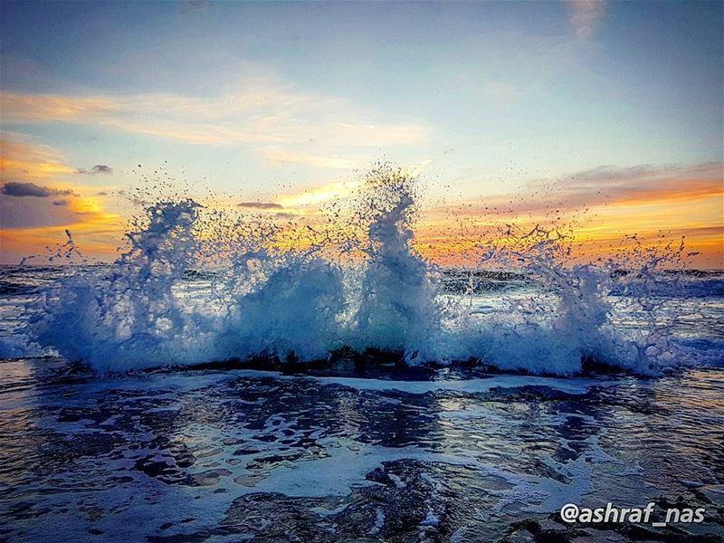 يا من يفكر في صمت ويتركنيفي البحر أرفع مرساتي وألقيها...ألا تراني ببحر ال (Tyre, Lebanon)
