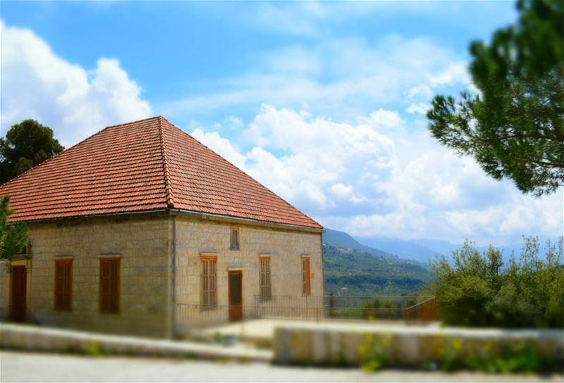 بنيت بيتاً من الأماني على كفّك، ما ظننته كفّ عفريت، كنت اشعر ان بين يديك... (Jdeïdé, Mont-Liban, Lebanon)