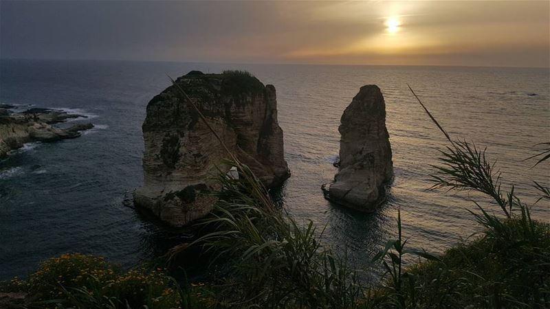 picaboo sunrays sunset lebanesesunset raouche peagonrock sea ...