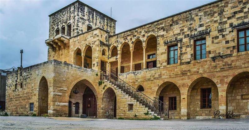 old lebanese house serail hamadeh baakline سرايا حمادة بعقلين لب