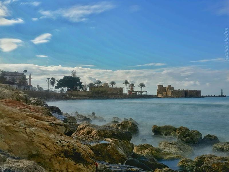 من الطبيعي أن ترى السفينة في الماء لكن من الخطر وجود الماء في السفينة،، فكن (Sidon Sea Castle)