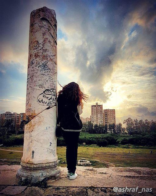 غيمة سودامحيت الشمس ومحيت القمر...اختنق الصوتوسكت الهمس ويبس الوتر...خل (Roman ruins in Tyre)