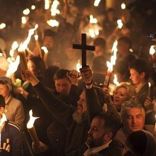 """""""النور المقدّس"""" يفيض من قبر المسيح.. و""""الشعلة"""" مساء في لبنانفي كنيسة ال"""