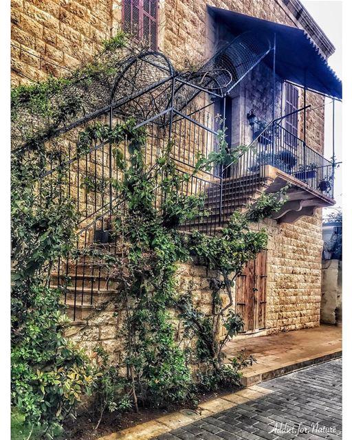 lebanesestyle lebanesehouses lebanesearchitecture balcony balconies ... (Joünié)